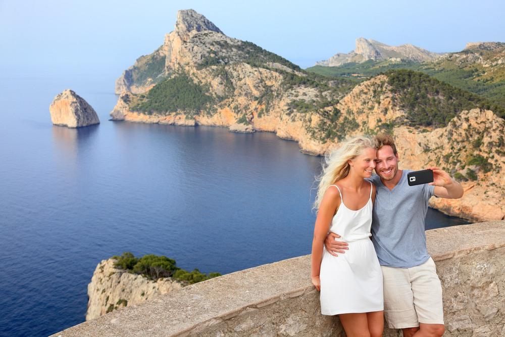 Pareja en un mirador de Mallorca