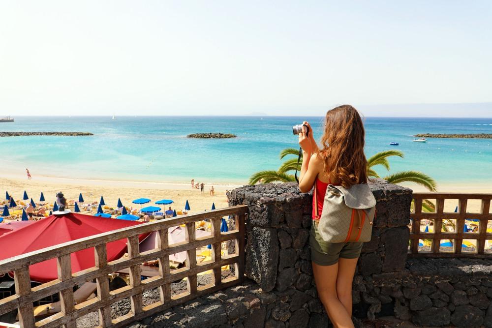 Chica haciendo foto en una playa de Lanzarote