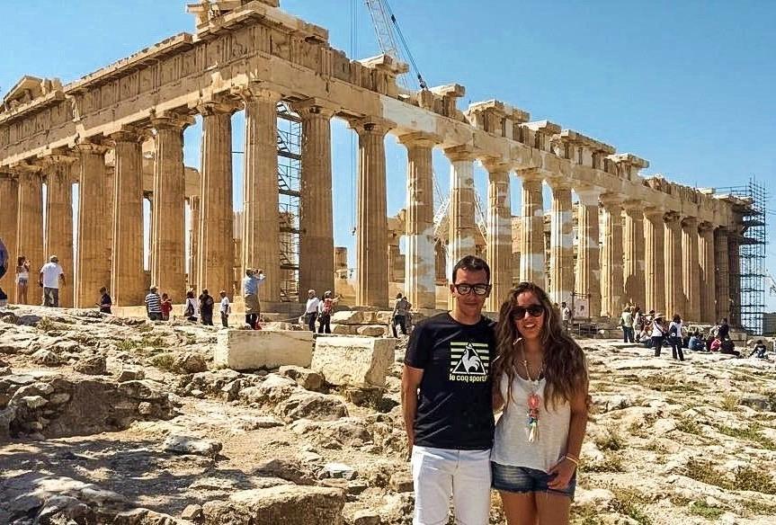 Pareja de visita al Acrópolis en Pireo