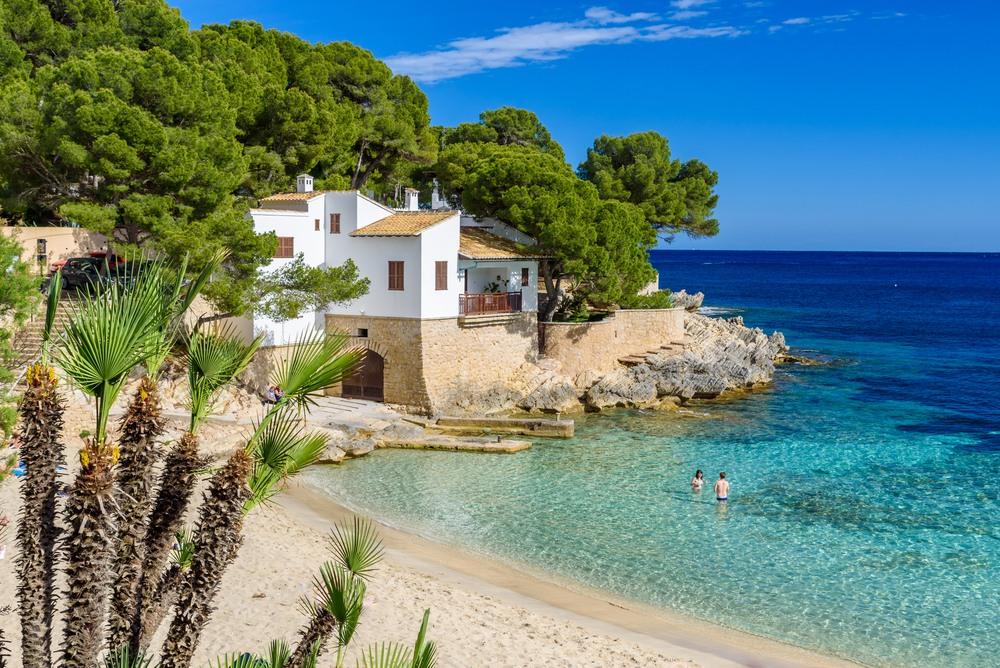 Razones por las que elegir la playa en vez de montaña para unas vacaciones inolvidables