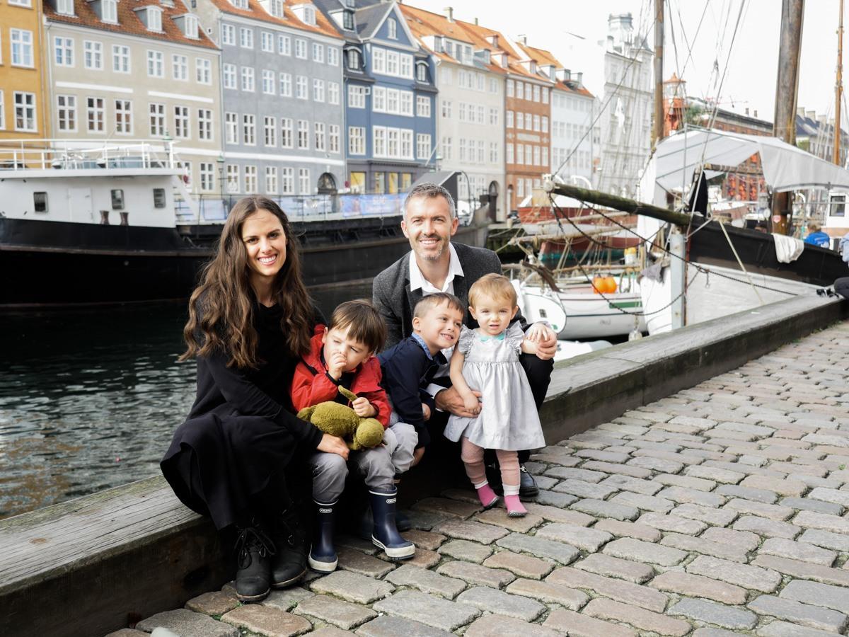 Familia paseando por Copenhague