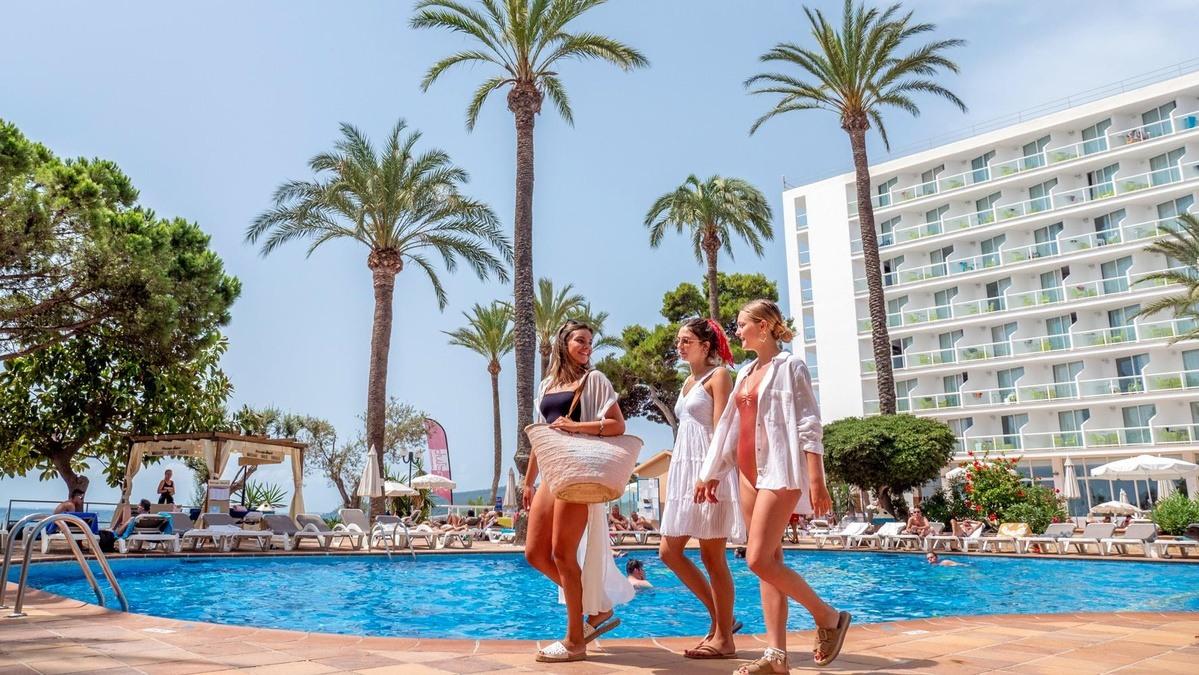 Chicas disfrutando de un hotel cerca del mar
