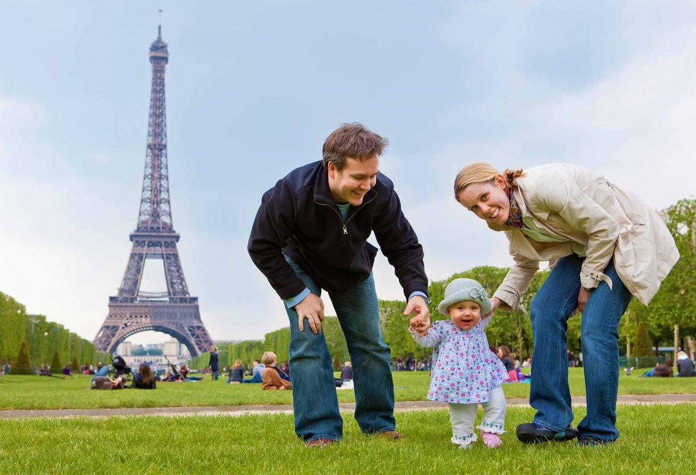 Familia frente la Torre Eiffel