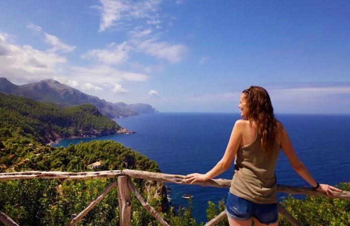 Chica disfrutando de las vistas de la isla