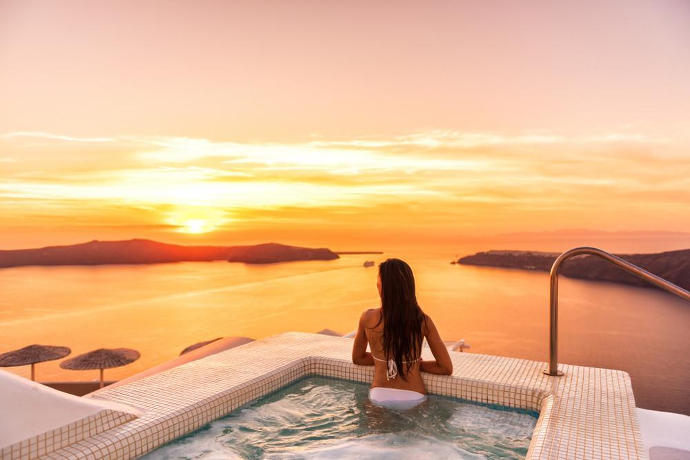 Vistas desde la piscina de un hotel en Santorini
