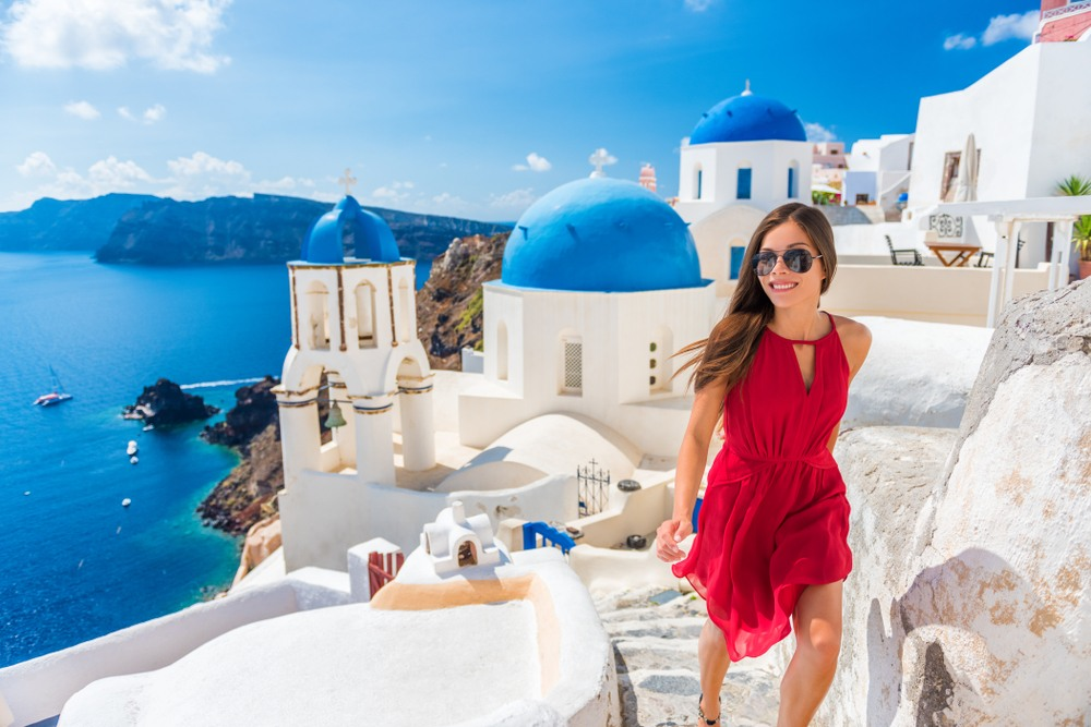 Chica paseando por Santorini