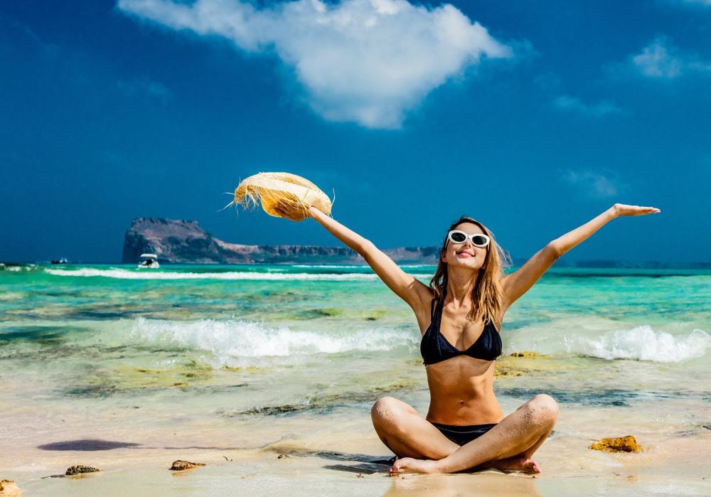 Chica en playa Balos de Creta