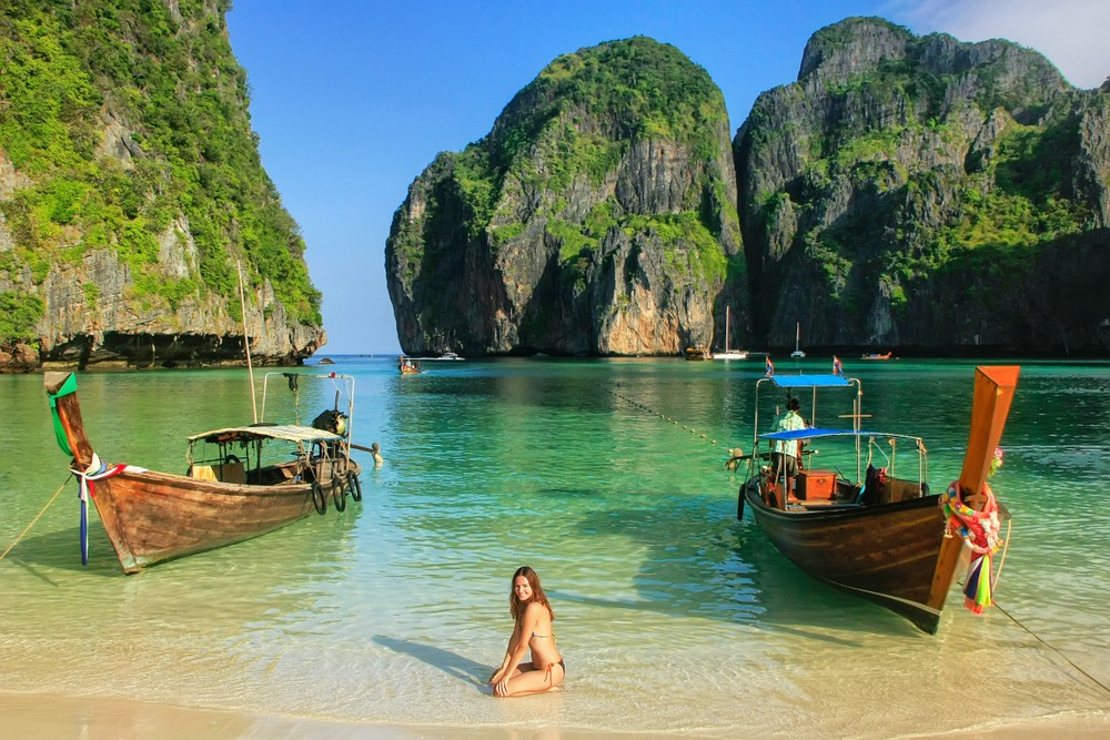 Chica en playa Maya Bay en la isla Koh Phi Phi