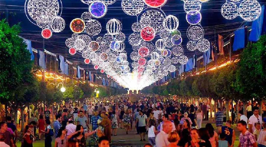 Ambiente con las luces en la Feria de Málaga