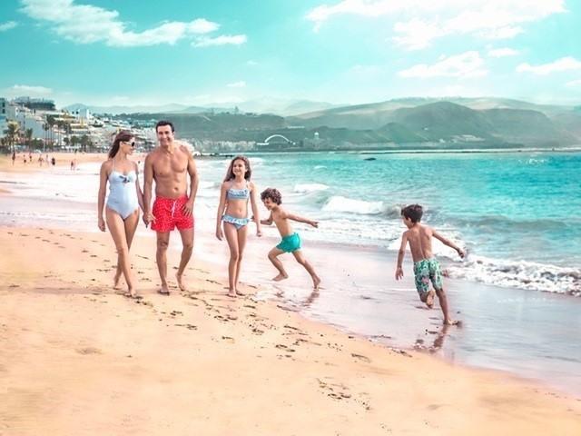 Familia paseando por una playa en Gran Canaria
