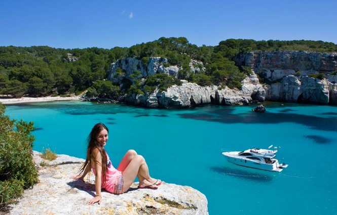 Chica en playa Macarella