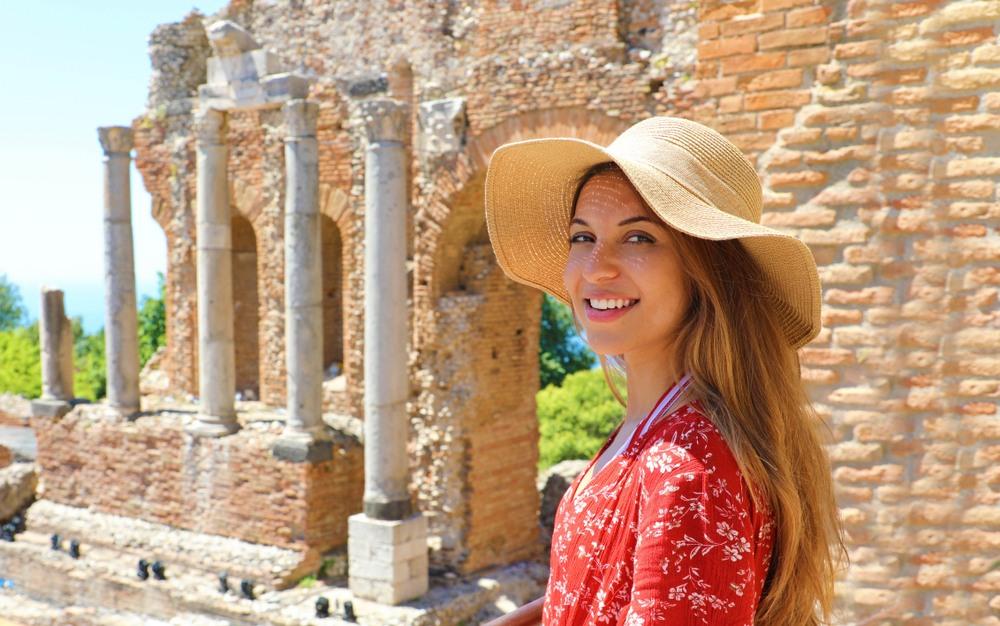 Chica en el teatro griego de Taormina