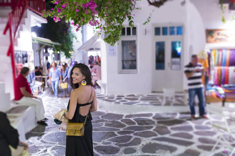 Una de las calles del puerto durante la noche, Mikonos