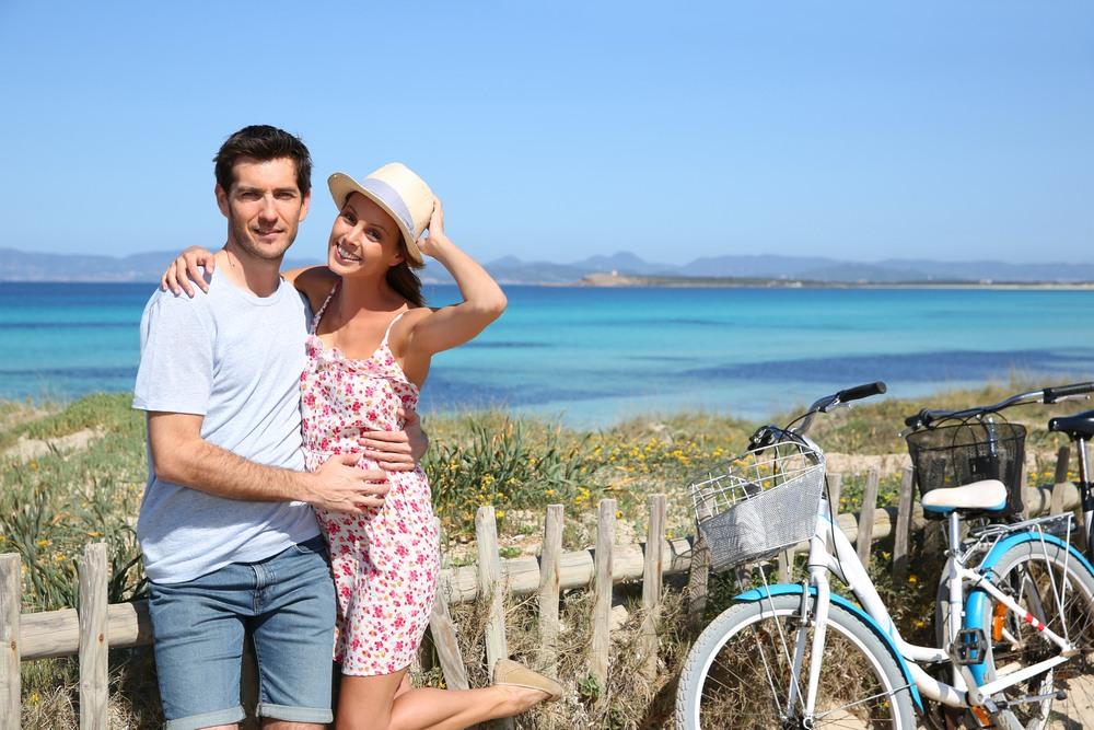 Pareja de paseo por Formentera