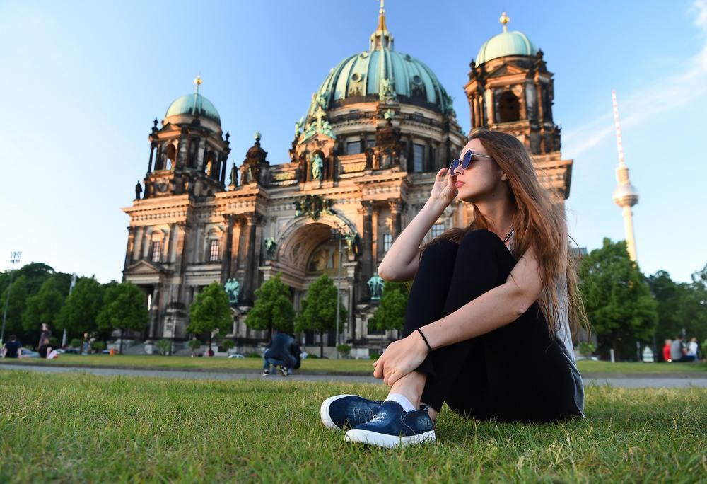 Chica frente a la Catedral de Berlín