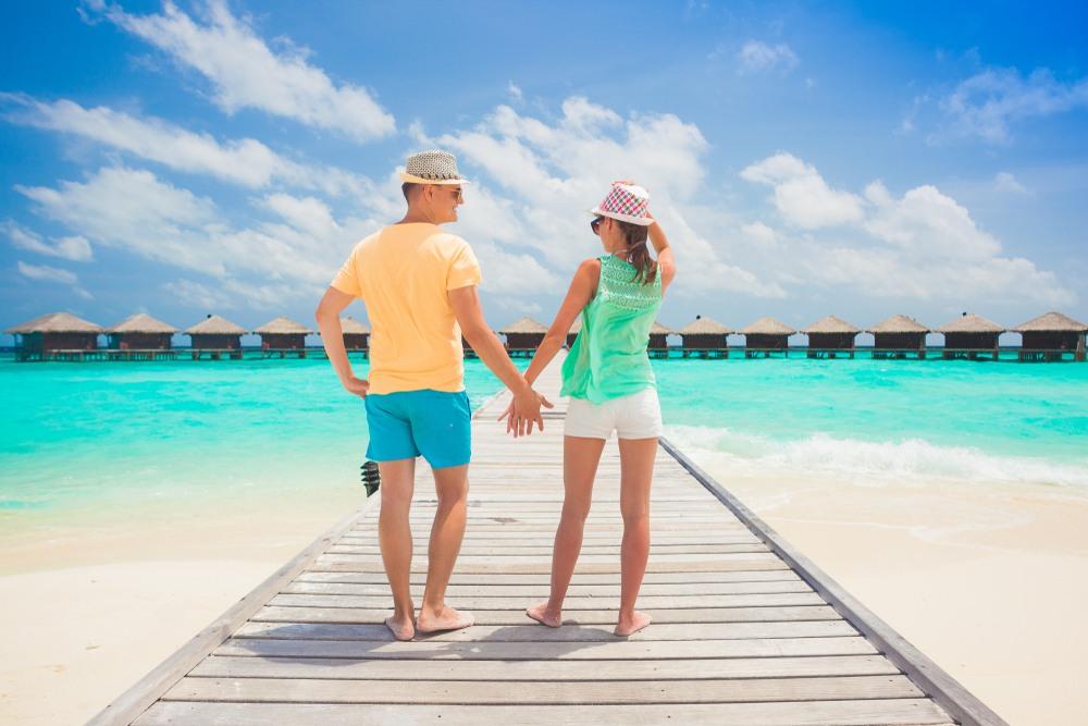 Pareja en playa de Maldivas