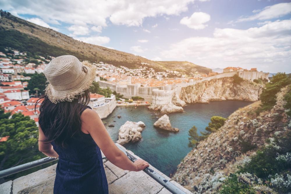 Turista disfrutando de las vistas del casco antiguo de Dubrovnik