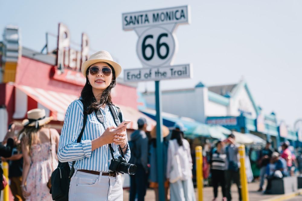 Visitante en la popular señal de Santa Mónica
