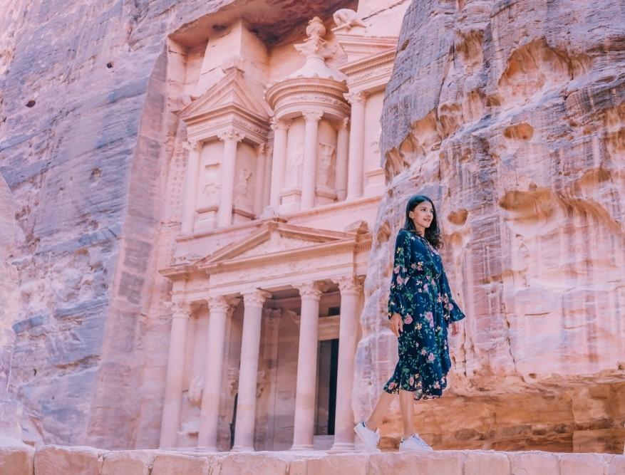 Chica paseando por Petra