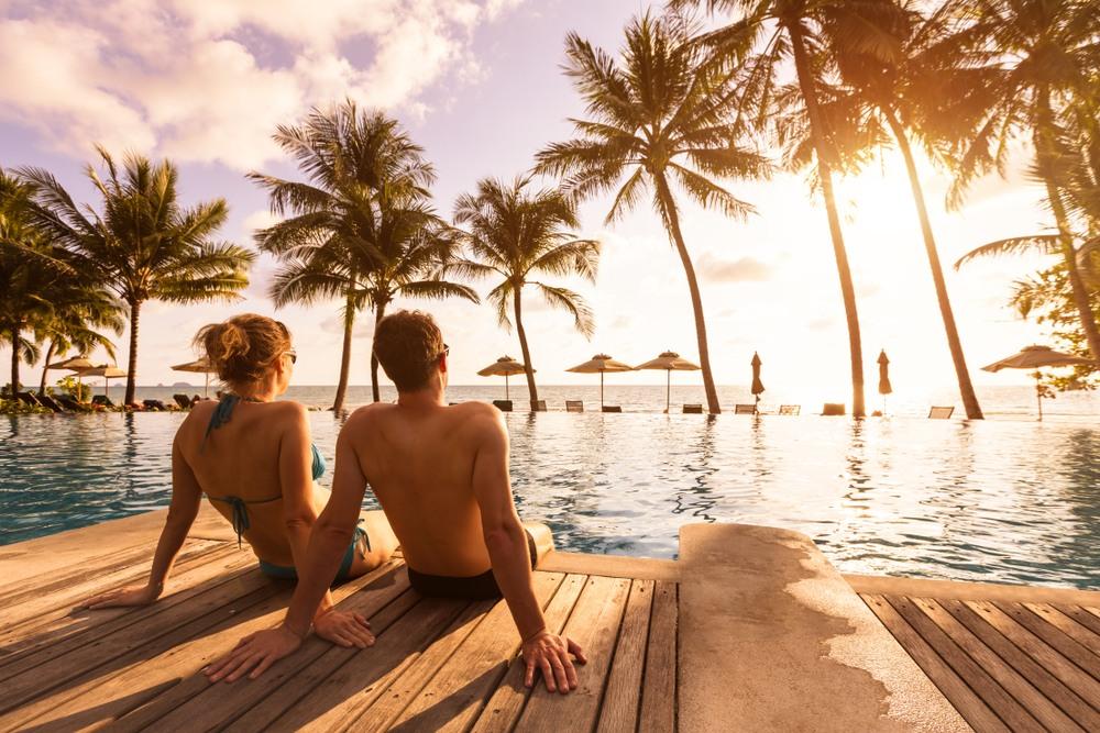 Pareja de relax en un hotel del Caribe