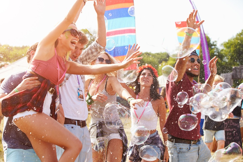 Grupo de amigos disfrutando en Tomorrowland