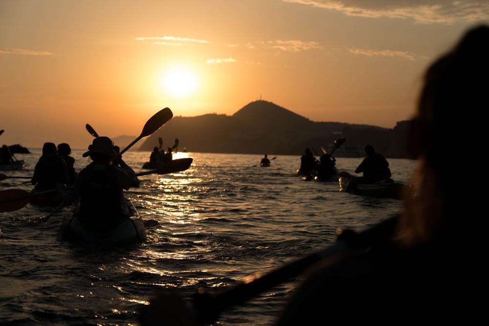 Practicando Kayak en el puerto de Dubrovnik al atardecer