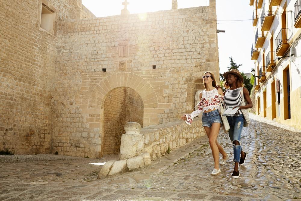 Amigas paseando por el centro histórico