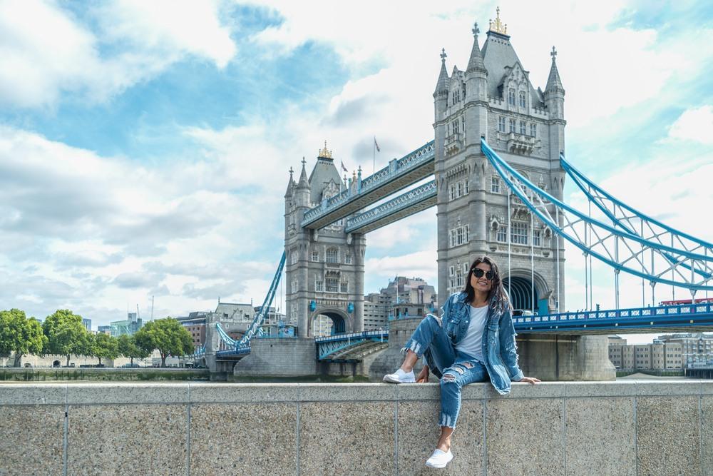 Chica frente el Tower Bridge del río Támesis