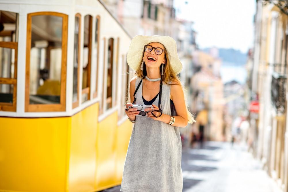 Chica paseando por las calles de Lisboa