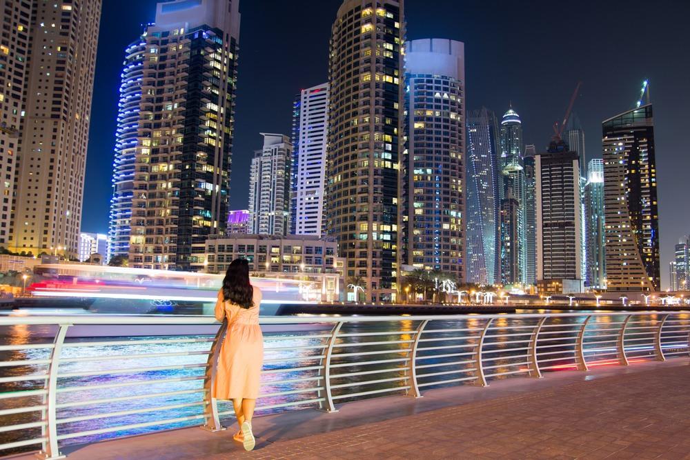 Dubái de noche y sus rascacielos