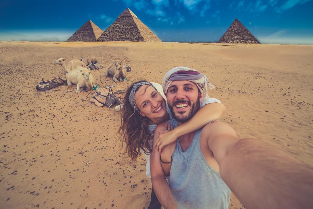 Pareja visitando las pirámides de Giza