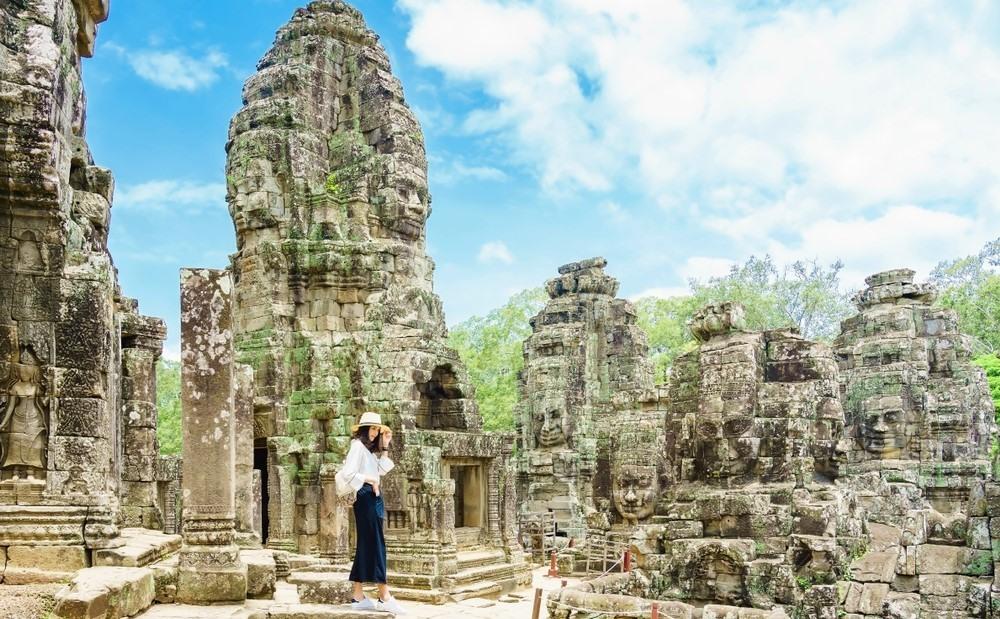 Chica de visita por el templo de Angkor Wat