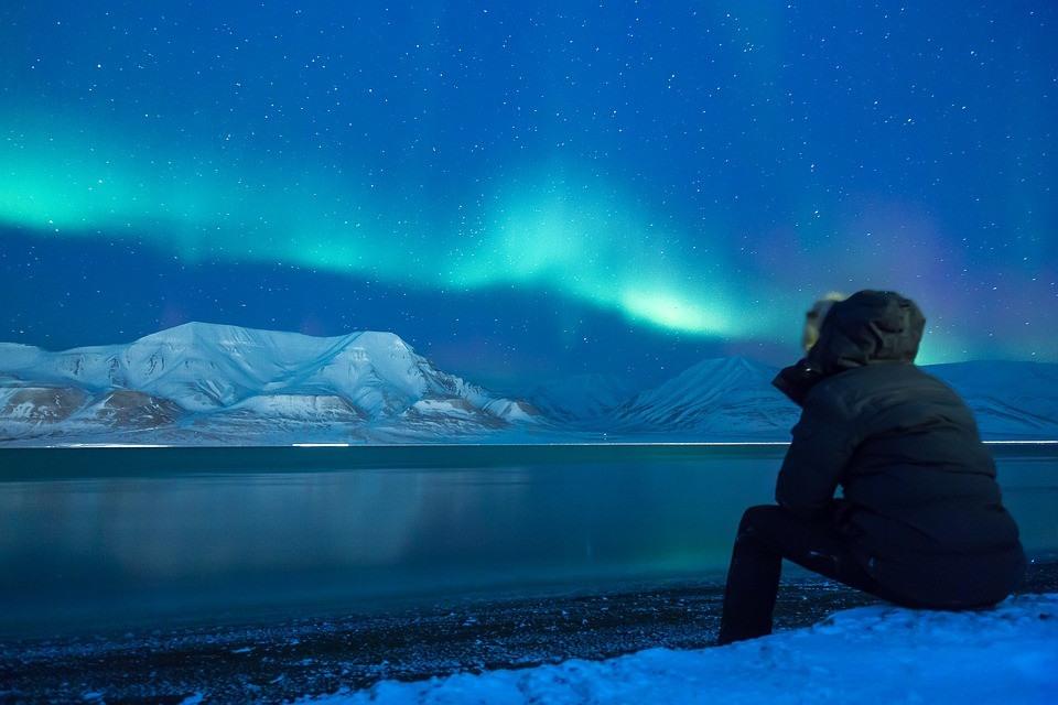 Observando una aurora boreal en Islandia