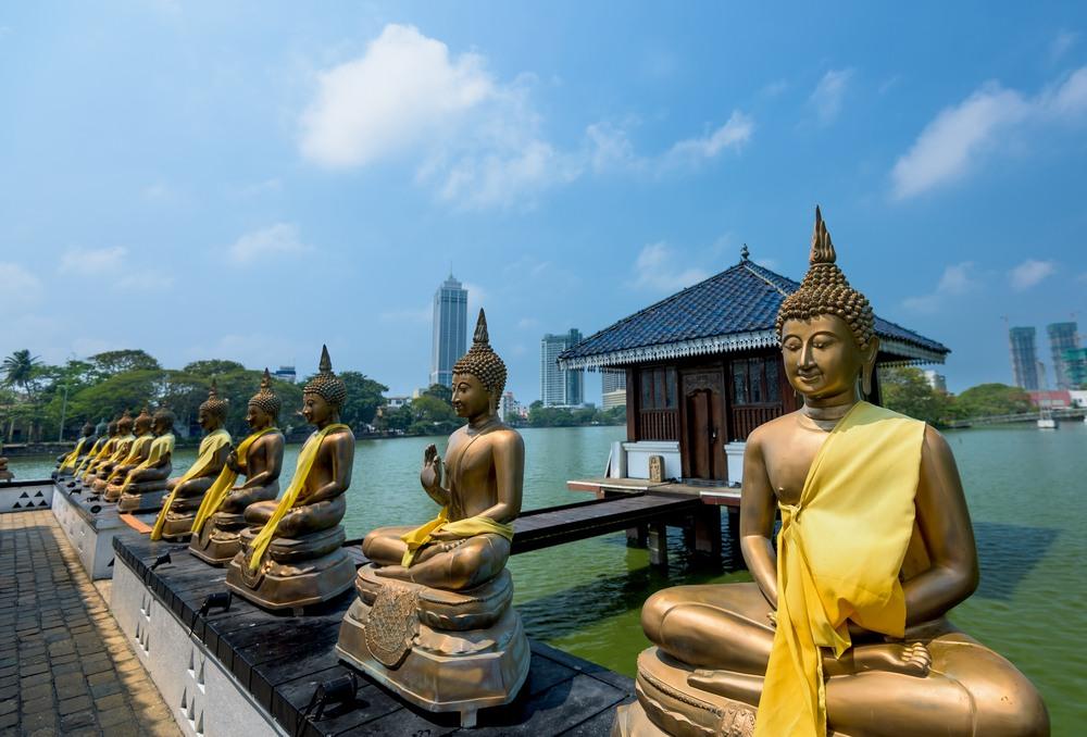 Estatuas de Buddha en el templo Seema Malaka en Colombo, Sri Lanka