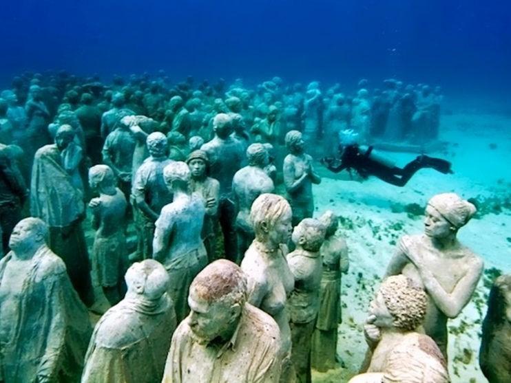 Buceador en el Museo subacuático del arte