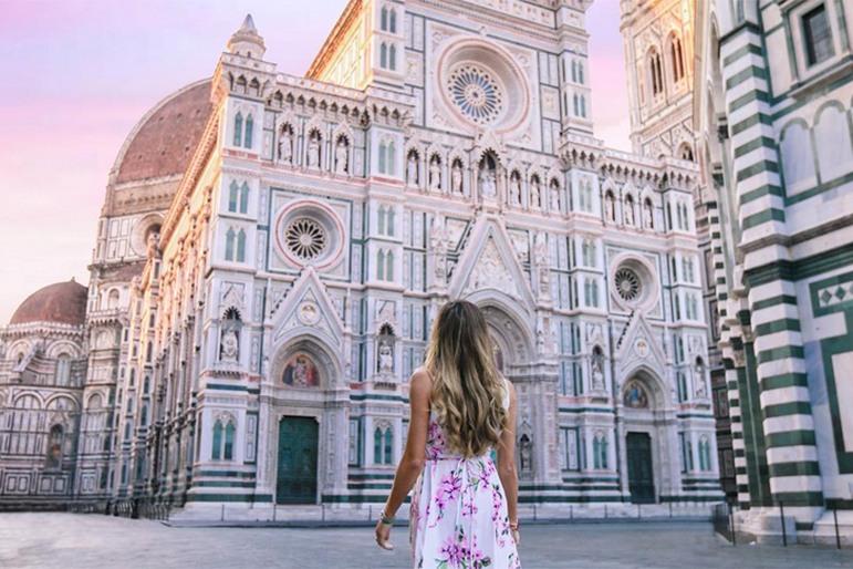 Chica paseando por las calles de Florencia