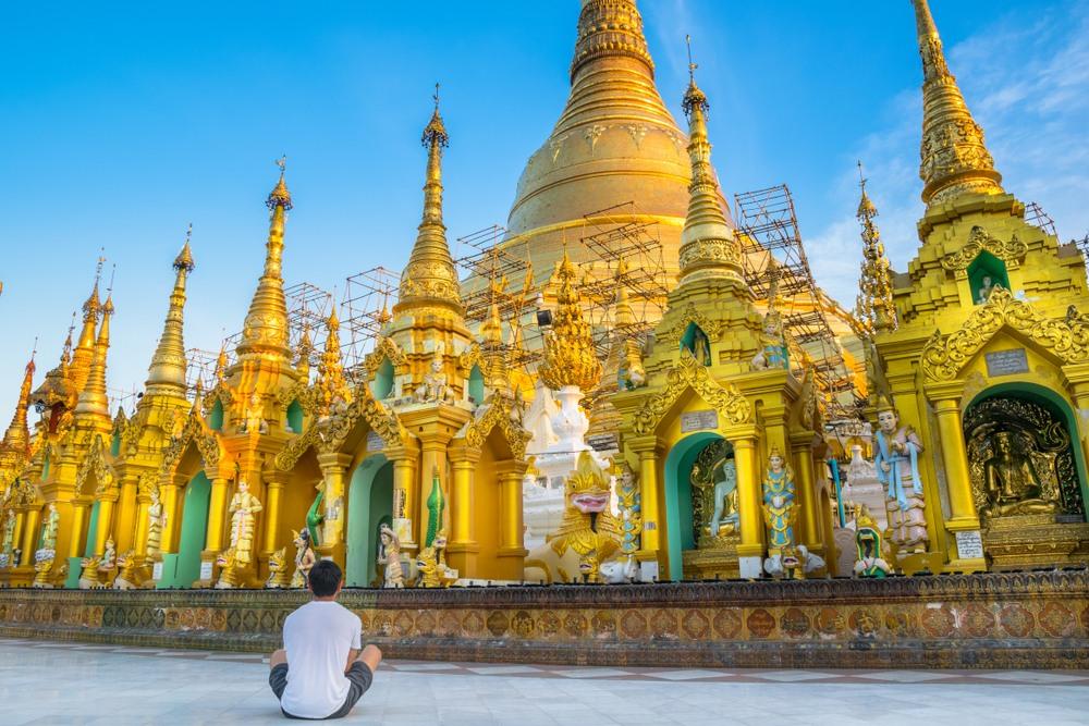Chico contemplando el templo de Shwedagon Pagoda