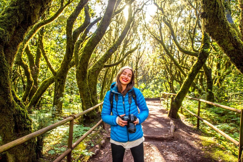 Chica fotografiando el Parque Nacional de Garajonay