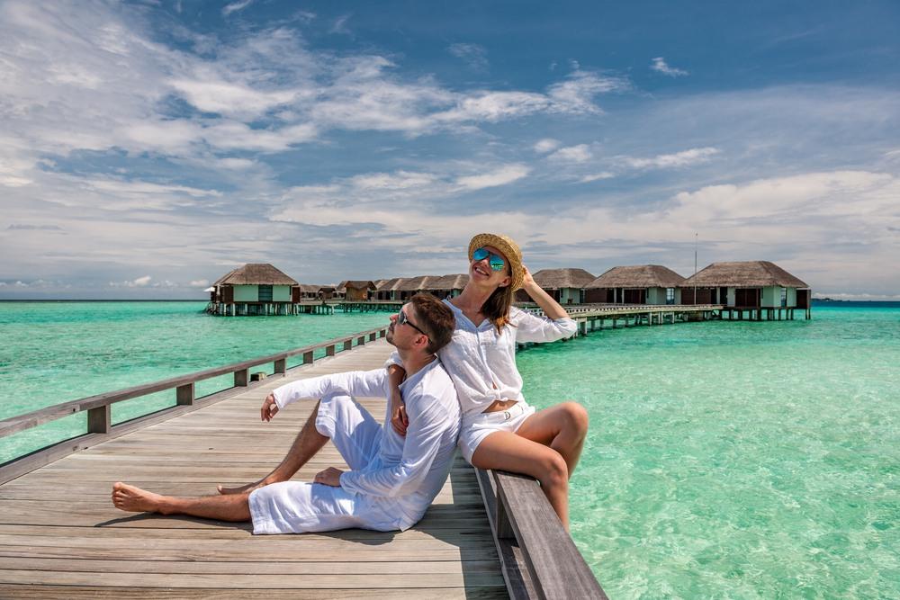 Pareja descansando en Maldivas