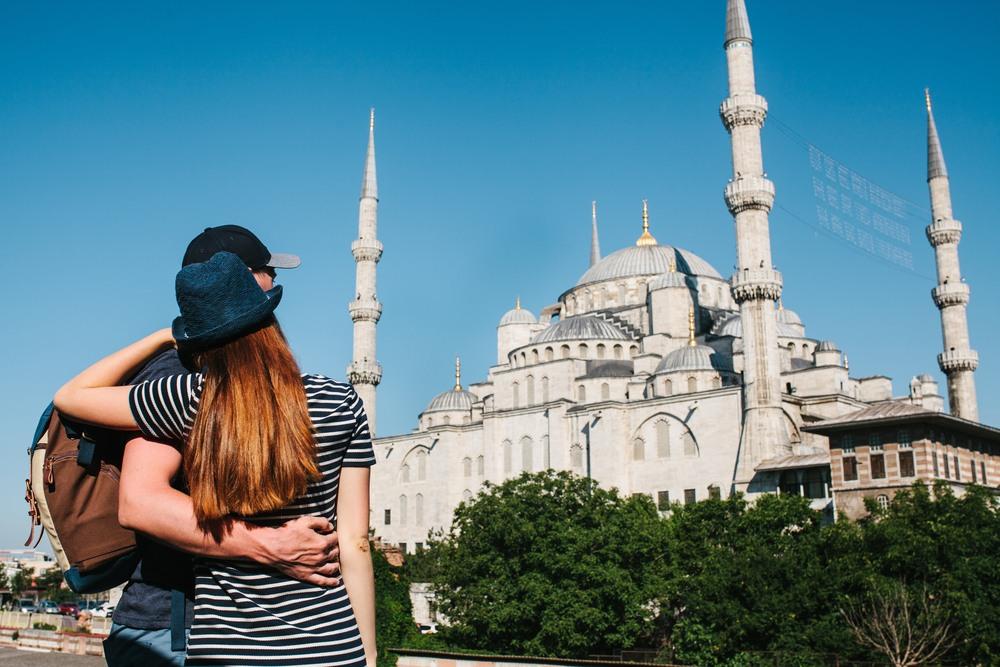 Pareja visitando la Mezquita Azul
