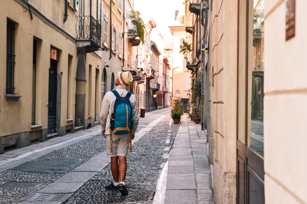 Turista explorando las calles empedradas de Génova
