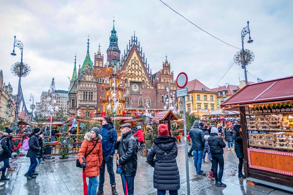 Gente paseando por el mercado de Cracovia