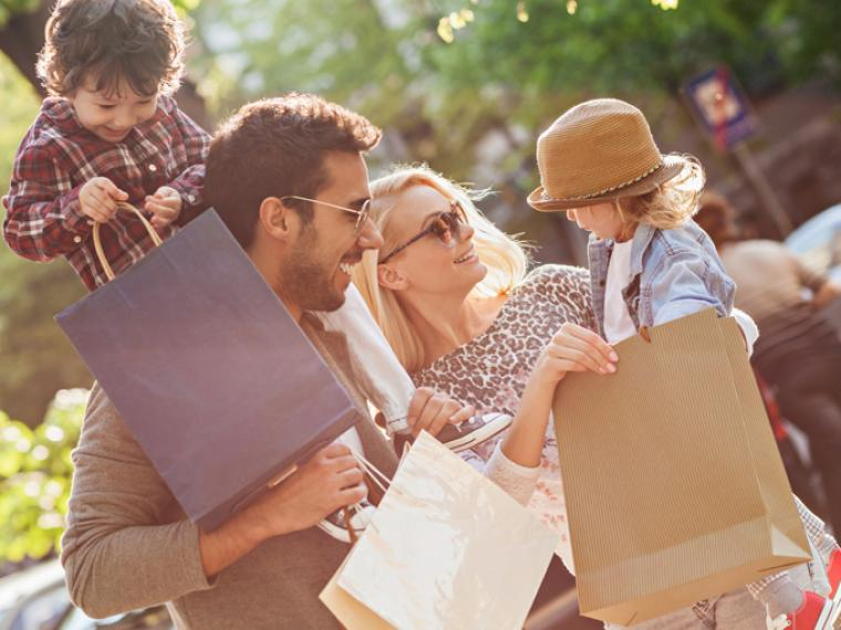 Familia de compras por Madrid.