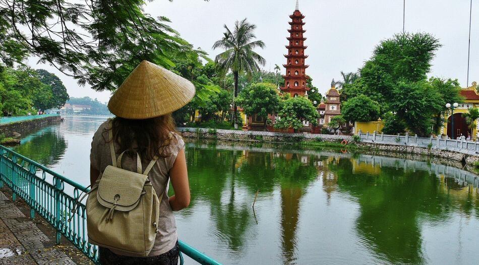 Turista paseando por Hanoi