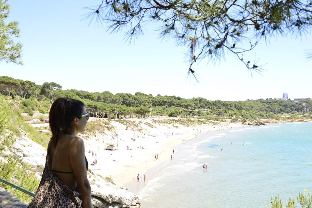 Chica en Salou observando la playa