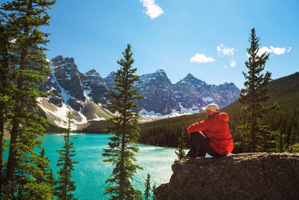 Chico disfrutando de las vistas en Canadá