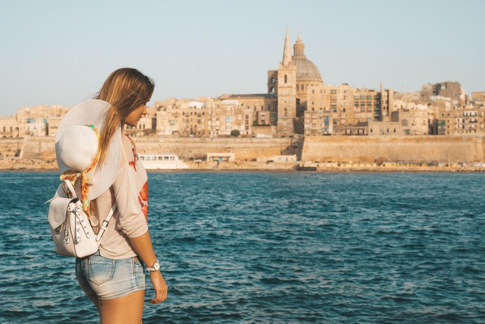 Chica visitando la isla de Malta