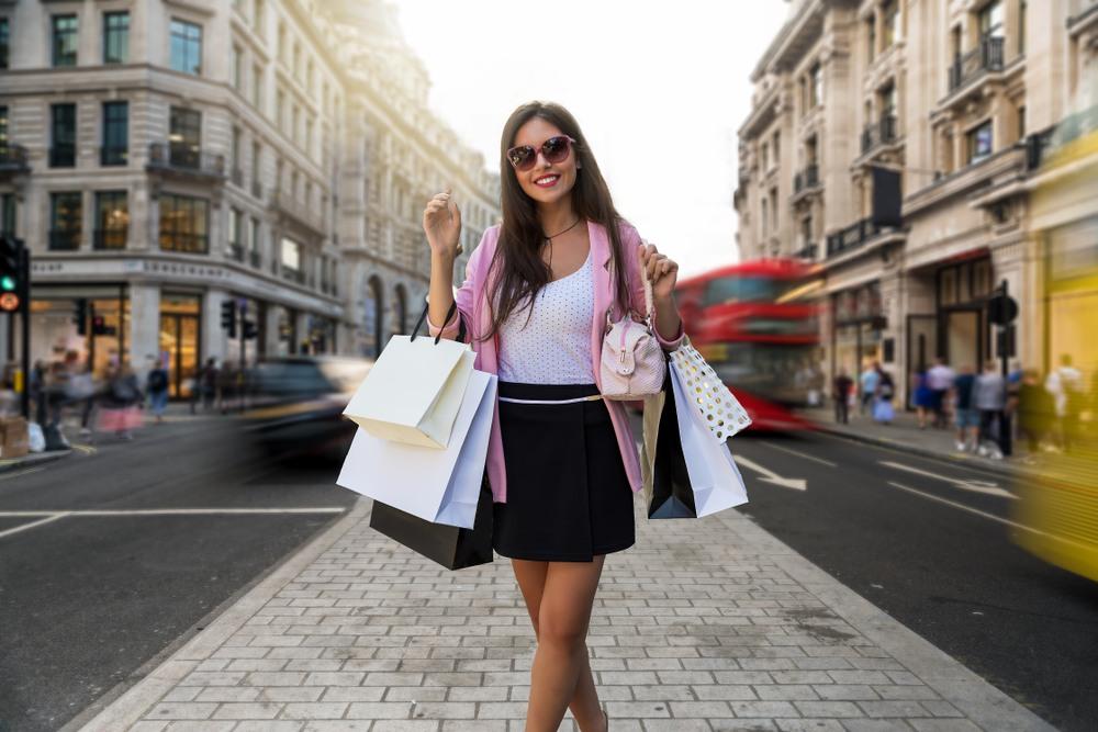 Chica de compras por Oxford Street.