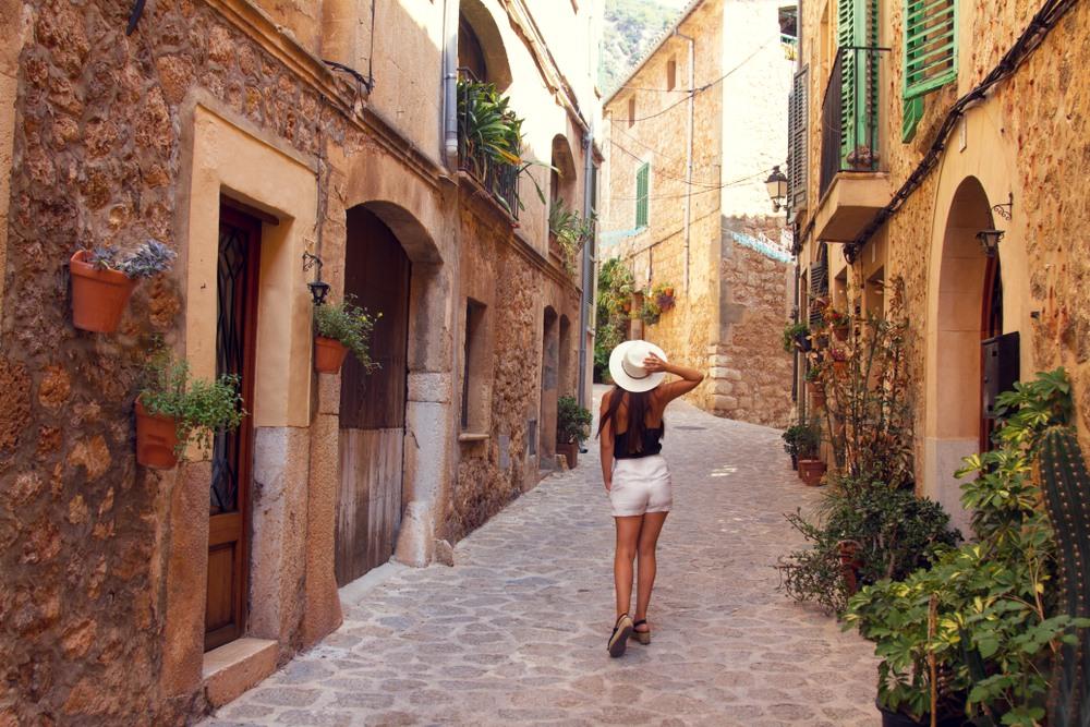 Chica paseando por un pueblo en Mallorca