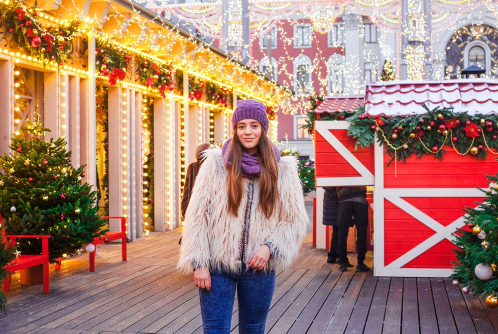 Chica paseando por los mercadillos en Viena